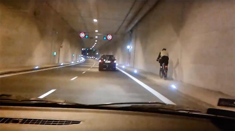 Nagranie z kamery umieszczonej w samochodzie. Widać na nim rowerzystę jadącego tunelem pod Martwą Wisłą