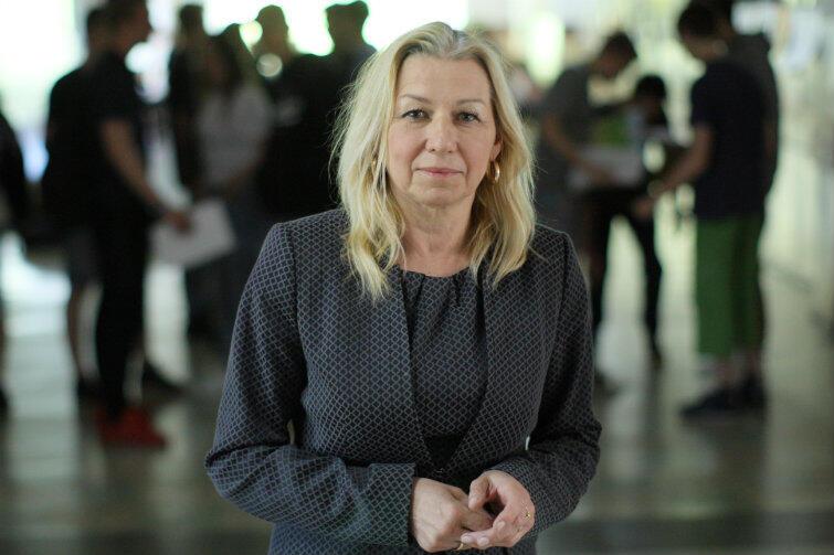 Dyrektor Bożena Kondratiuk zaprasza do Dwujęzycznego Gimnazjum Akademickiego nr 52 w Gdańsku.