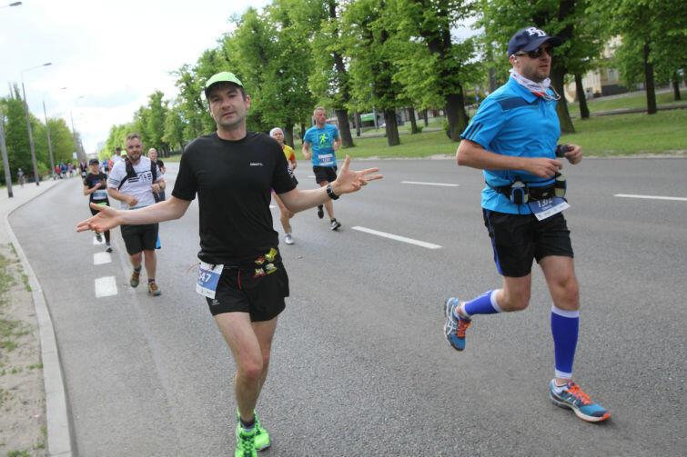 Piotr Mirowicz (po lewej w czarnej koszulce)