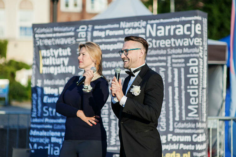 Operę na żywo komentować będą śpiewaczka operowa Katarzyna Hołysz oraz Jerzy Snakowski, znawca i popularyzator muzyki operowej