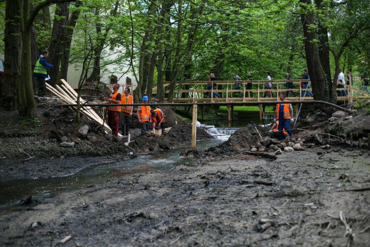Nowe, tymczasowe, kładki zlokalizowane są nieopodal mostków, które znajdują się w trakcie przebudowy.