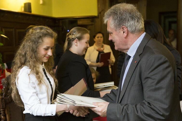 Chwila satysfakcji. Młoda wolontariuszka odbiera gratulacje od Bogdana Oleszka, przewodniczącego Rady Miasta Gdańska.