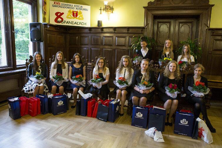 Nagrodzone wolontariuszki do wspólnego zdjęcia usiadły w kolejności alfabetycznej, na wspaniałych, gdańskich krzesłach.