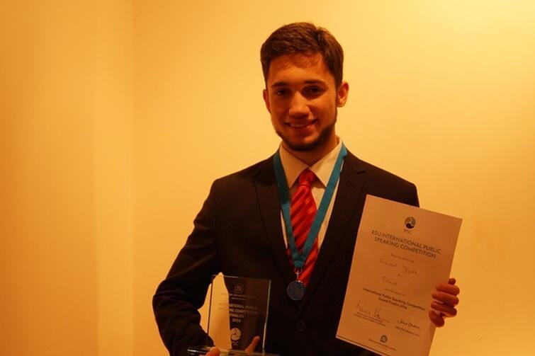 Krzysztof Jagoda prezentuje konkursowe trofea.
