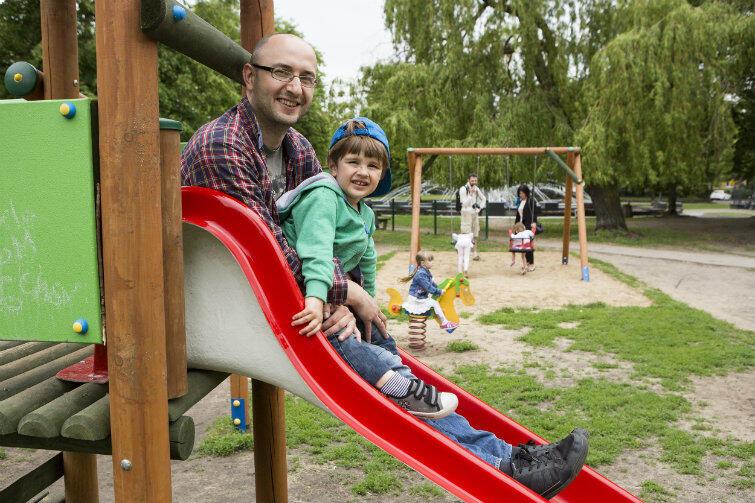 Witold Misztal z synem Jeremim na placu zabaw powstałym z inicjatywy Fundacji Generacja.