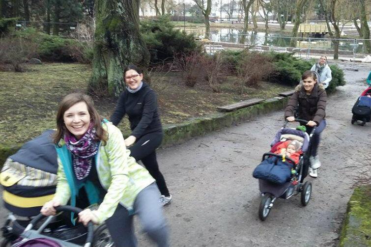 Wśród gdańszczanek widoczna jest coraz wyraźniej chęć zdrowego wychowywania dzieci. Na zdjęciu - Park Oruński i grupa mam, które na wzór skandynawski propagują spacery z maluchami, bez względu na złe warunki pogodowe.