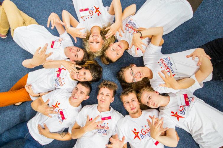 Uczestnicy Gdańsk Business Week - wszyscy chcą zostać prezesami i dyrektorami... (patrz plakietki pozujących na zdjęciu).
