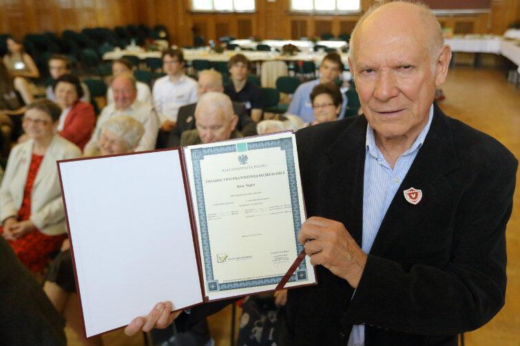 Jerzy Nagler, maturzysta V LO sprzed 65 lat z nowym świadectwem dojrzałości.