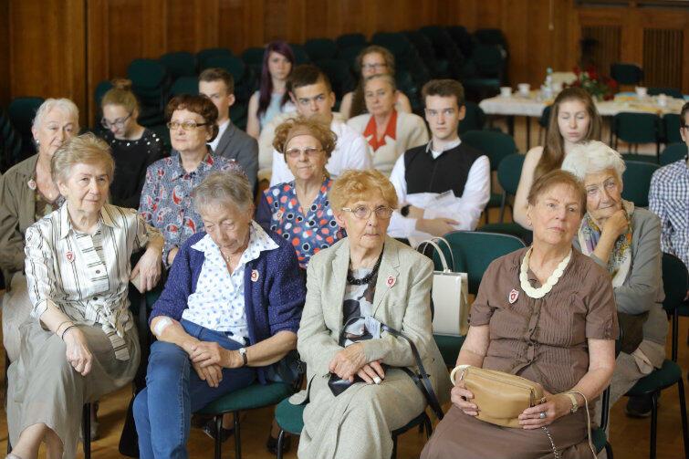 W szkolnej auli siedzą razem uczniowie, którzy pisali maturę 65 lat temu i uczniowie, którzy napiszą ją za dwa lata...