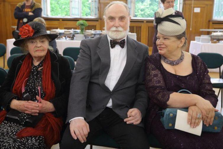Na piątkową sesję przyszli też mieszkańcy Oliwy, w tym (od lewej) Danuta Poczman oraz Stefan Chwin z małżonką.