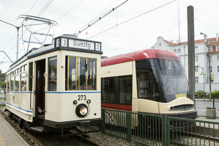 Zabytkowy Ring z 1930 roku i tramwaj współczesny