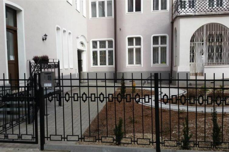 To samo podwórko przy Sienkiewicza - widok od strony ulicy.