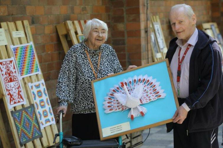 Duet Zuzanna Matoń i Tadeusz Derkacz - mistrzowie origami, wyczarowali łabędzia z papieru.