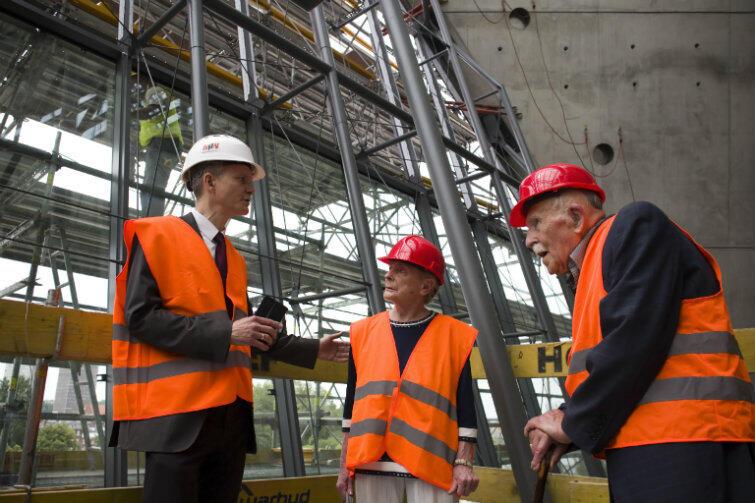 Na budowie: od lewej Janusz Marszalec, wicedyrektor MIIWŚ oraz darczyńcy: Olga Krzyżanowska i Wiesław Gruszkowski.
