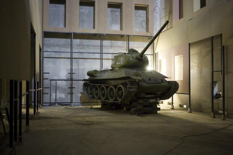 Radziecki T34 będzie stał w sali pokazującej zniszczenia Warszawy po Powstaniu. T34 niósł wyzwolenie od nazistów, a jednocześnie zniewolenie. Takie czołgi pacyfikowały powstania w Budapeszcie czy Pradze.