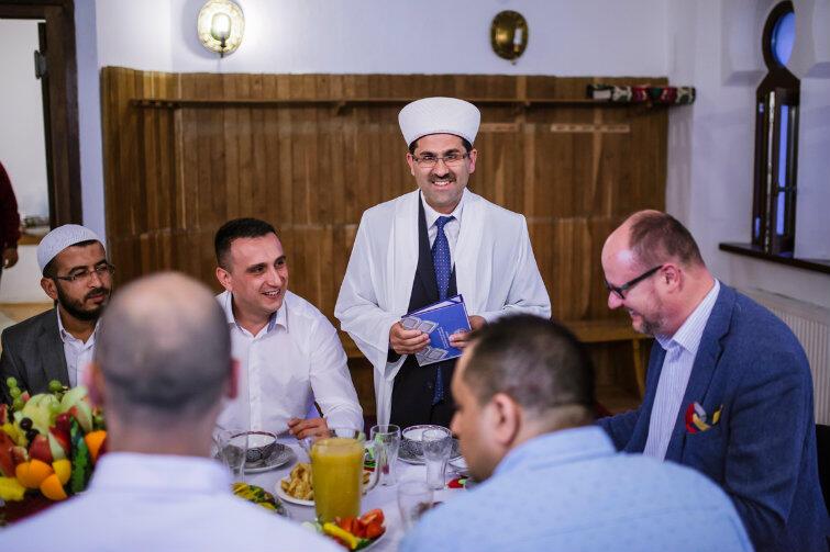 Iftar czas zacząć. Stoi imam Ismail Caylak. Po prawej siedzi prezydent Adamowicz, na lewo od imama - Olgierd Chazbijewicz, przewodniczący Muzułmańskiej Gminy Wyznaniowej.