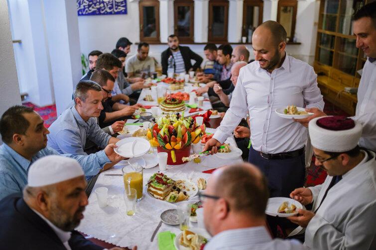 Gościnność w meczecie. Mohamed Atoun kroi i podaje porcje tortu...