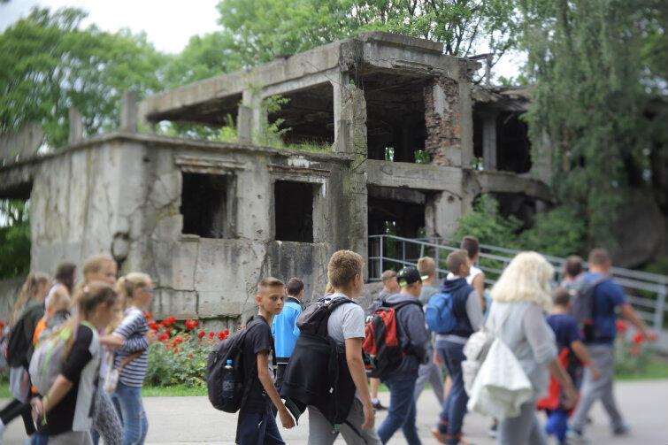 Wycieczka szkolna przechodzi obok ruin koszar na Westerplatte. Czy wkrótce dzieci będą się uczyć o zdrajcy, który poddał Składnicę, bo był agentem Niemców?
