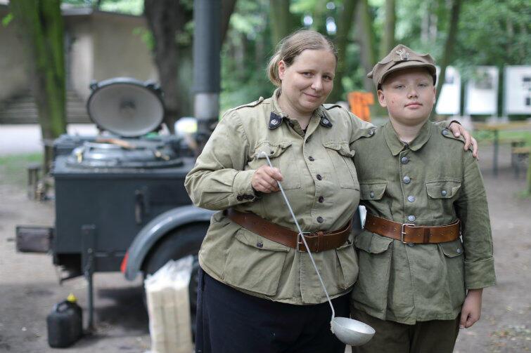 Westerplatte 2016: Joanna Minczykow i jej syn Józef przy niemieckiej kuchni polowej z 1942 roku. Można zjeść grochówkę z międzywojennego przepisu.