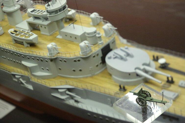 Modelowy przykład rozłożenia sił: pancernik Schleswig Holstein kontra polska armata.