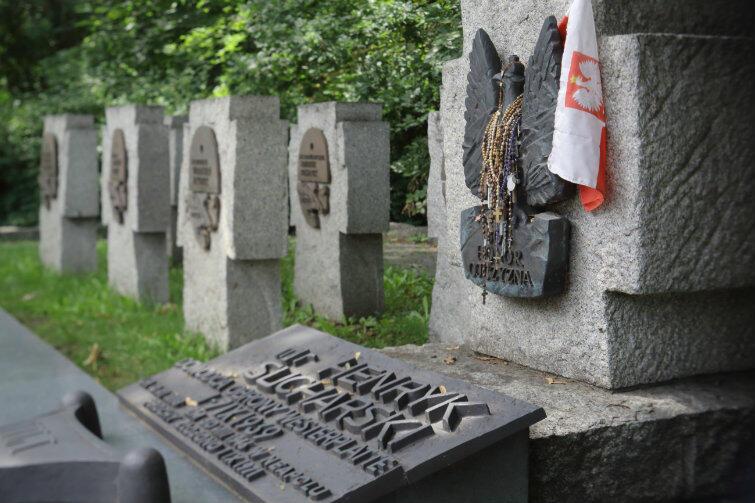 Kłótnia nad grobem majora: większość poważnych historyków twierdzi, że Sucharski był bohaterem; Wójtowicz-Podhorski uznał go za zdrajcę i tchórza.