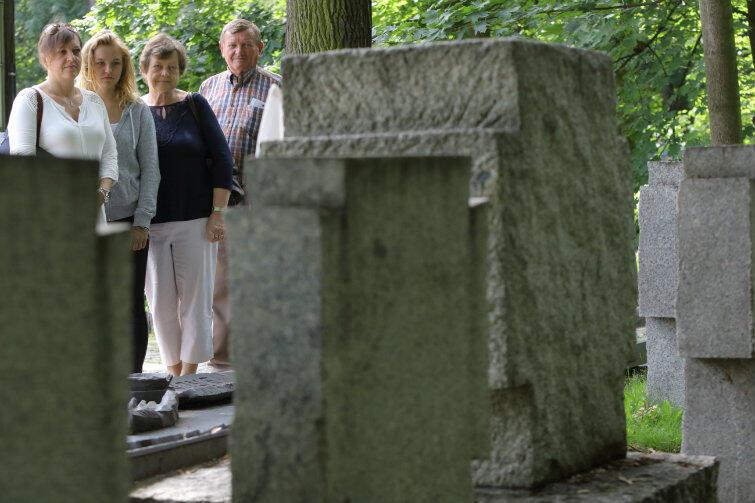 Rodzina Sucharskiego przy grobie majora: od lewej Anita Misiaszek z córką Aleksandrą, Helena Bugajska i Jan Dudek z Gręboszowa.