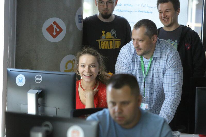 Finał kursu dla junior front-end developerów w infoShare. Potencjalni pracodawcy wypróbowują gry stworzone przez kursantów.