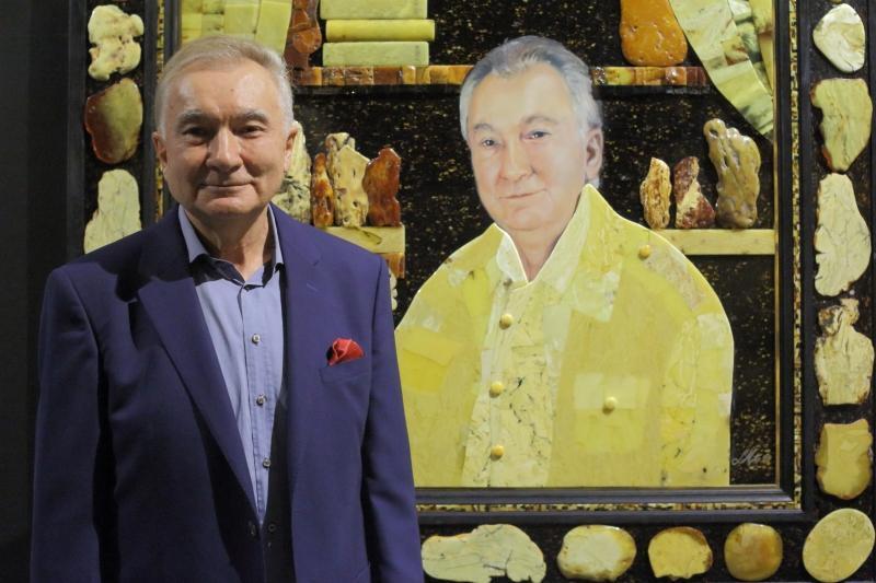 Lucjan Myrta na tle swojego autoportretu. Wystawa mistrza w ECS to prezent miasta Gdańska na jego 70. urodziny