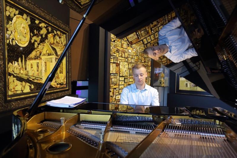 Jubilat jest wielbicielem muzyki Fryderyka Chopina. Fortepian, na którym podczas wernisażu grał Arkadiusz Godziński, ozdobił bursztynowymi ptakami