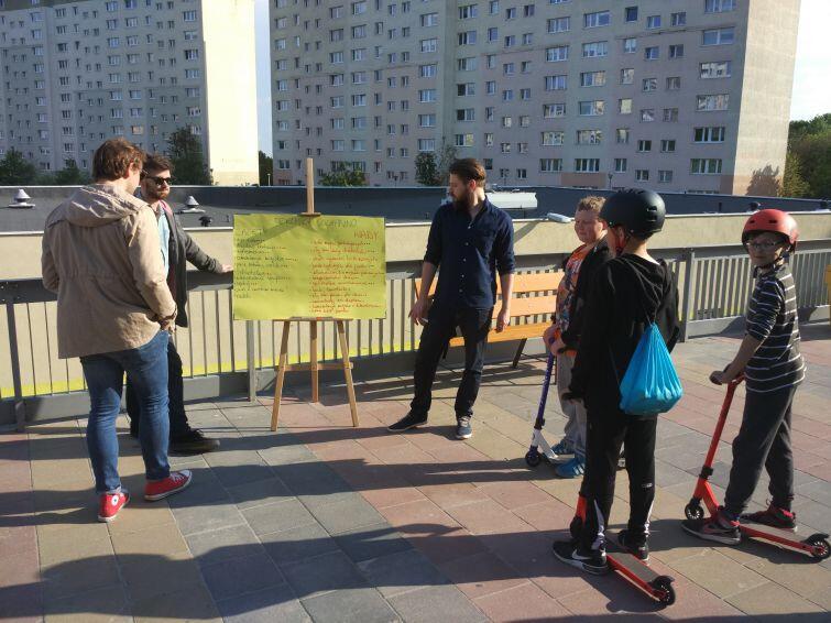Zbieranie podpisów na moście przy ul. Paderewskiego na Suchaninie