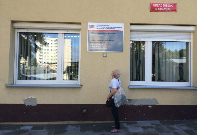 Pani Barbara osiem lat czekała na mieszkanie socjalne. Zdjęcie zrobione pod siedzibą Gdańskiego Zarządu Nieruchomości Komunalnych
