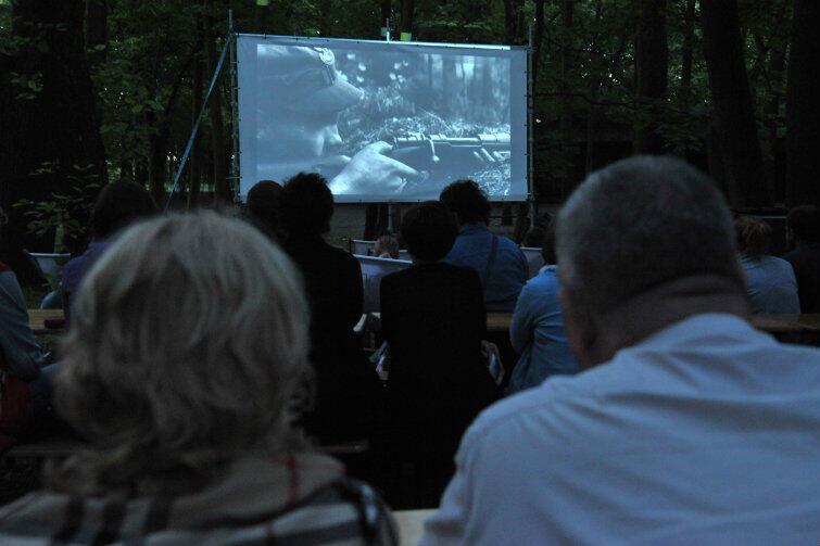 Nocna projekcja filmu Westerplatte w reżyserii Stanisława Różewicza, który zainaugurował tego lata serię pokazów kinowych na terenie Westerplatte.