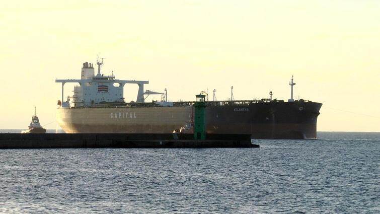 Tankowiec Atlantas wchodzi do gdańskiego portu (ranek, 15 sierpnia 2016 r).