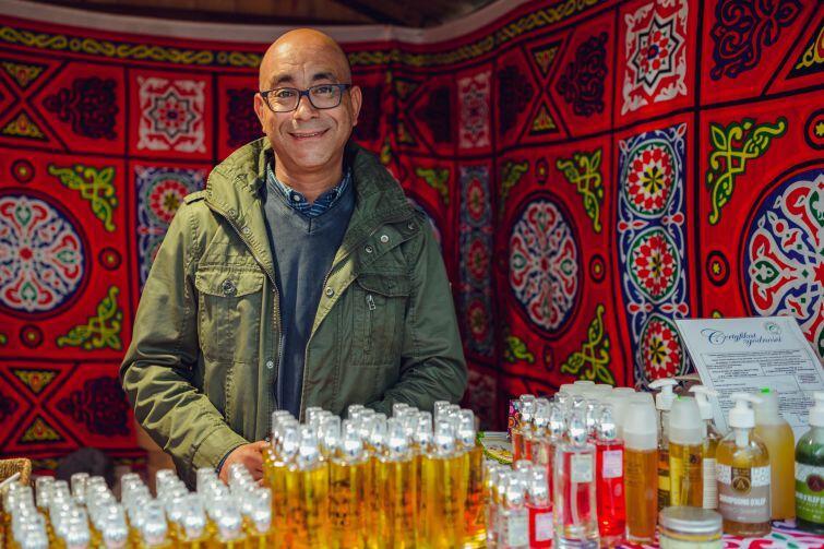 Ehab Atalla na Jarmarku św. Dominika sprzedaje płynne złoto Maroka - czyli olej arganowy, i inne kosmetyki naturalne, także z Egiptu.