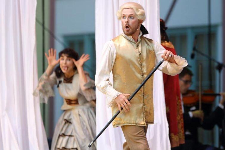 W komicznej operze La finta semplice nie zabrakło elementów humorystycznych i miłosnych intryg.