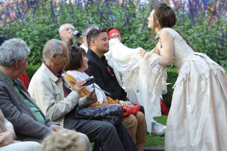 Soliści często wchodzili w interakcję z publicznością, wciągając ją do wspólnej zabawy.