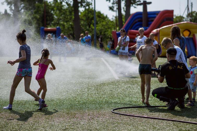 Podczas pikniku można było liczyć na chłodzącą wodną bryzę dawkowaną przez strażaków