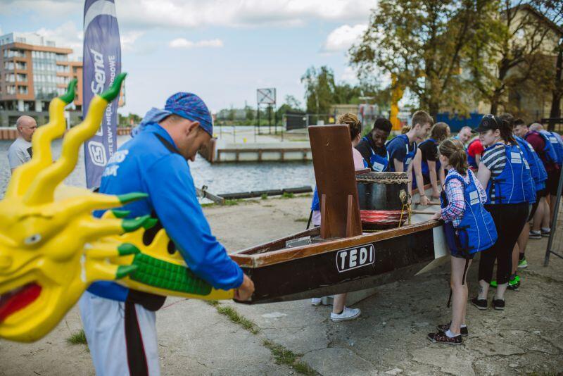 Brytyjscy kadeci lubią aktywny wypoczynek - na Motławie pływali więc smoczymi łodziami.
