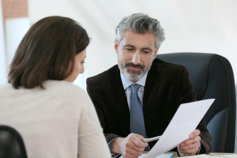 Testament może być traktowany jako element coraz bardziej popularnego planowania finansów osobistych może go sporządzić nie tylko osoba starsza, ale również przedsiębiorca, rodzic osób nieletnich, człowiek żyjący w związku partnerskim czy też samotna osoba