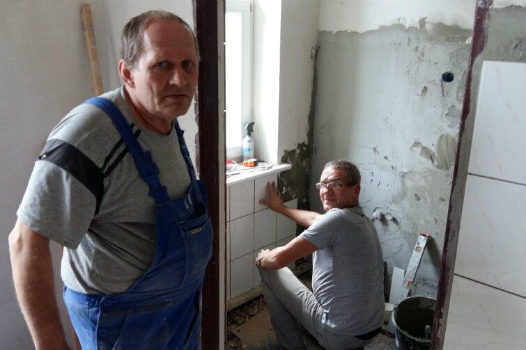 Bogusław Daszkiewicz (z lewej) i Henryk - robotnicy ekipy remontowej GZNK - w trakcie doprowadzania do porządku kolejnego zdewastowanego mieszkania...