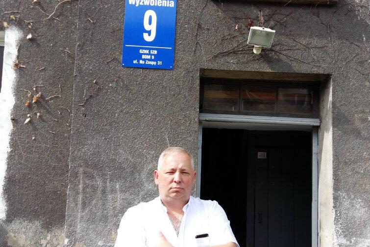 Robert Zaremba, kierownik ekipy remontowej GZNK - przed domem przy Wyzwolenia 9, gdzie wkrótce będą mogły się wprowadzić trzy nowe rodziny.