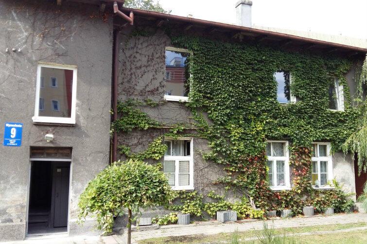 Dom przy Wyzwolenia 9 - dzięki ekipie remontowej i trosce władz miasta nie popada już w ruinę. Za sprawą zieleni porastającej mury miejsce jest wręcz urokliwe.