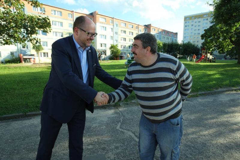 Prezydent Adamowicz i Dariusz Bednarek na zakończenie pogawędki uścisnęli sobie z uśmiechem ręce.