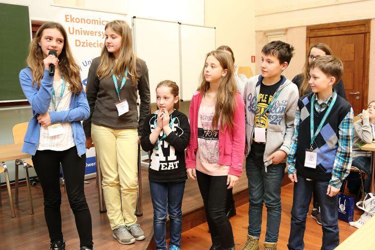 Zadowoleni studenci poprzedniej edycji Ekonomicznego Uniwersytetu Dziecięcego