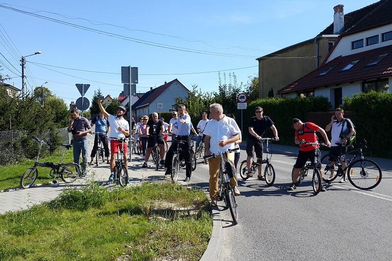Remigiusz Kitliński - gdański oficer rowerowy pokazuje olsztynianom gdańskie rozwiązania rowerowe podczas przejażdżki