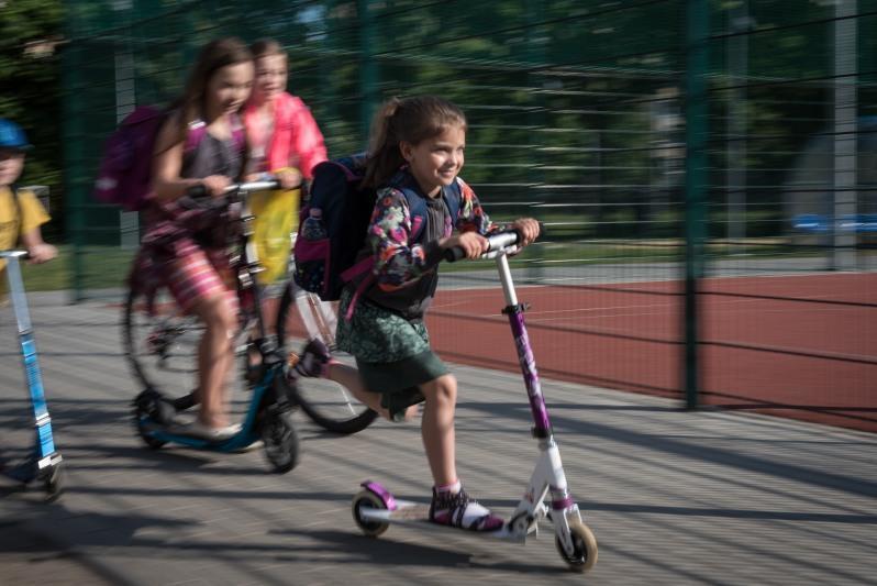 Kampania Rowerowy Maj była jednym z tematów rozmów z gośćmi z Olszyna. N.z: gdańska uczennica pędzi do szkoły na hulajnodze