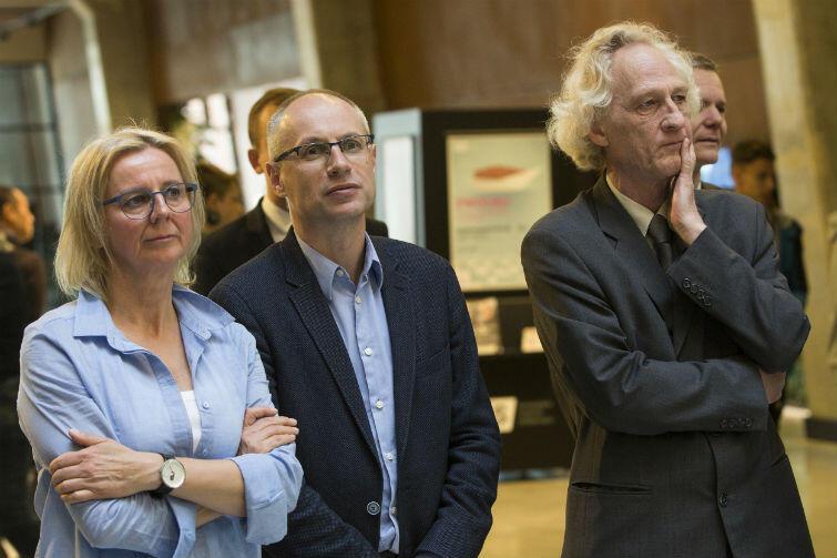 Prof. Paweł Machcewicz (w środku) podczas uroczystości w Europejskim Centrum Solidarności