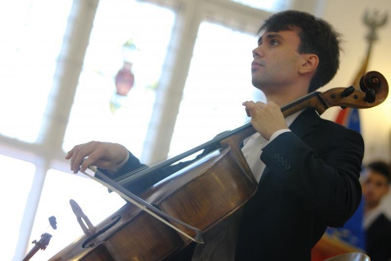 Stypendysta Bartosz Kaczmarski sławi Gdańsk grając na wiolonczeli, chociaż kształci się na inżyniera
