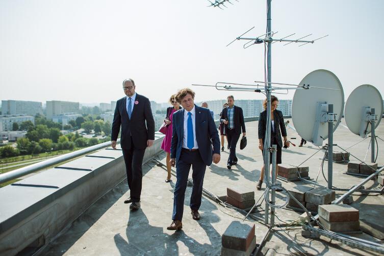 Twórcy metropolii na dachu Ergo Areny: z przodu Karnowski, obok Adamowicz, za nimi wiceprezydent Gdyni Katarzyna Gruszecka-Spychała. Chcieli zobaczyć metropolię z góry.
