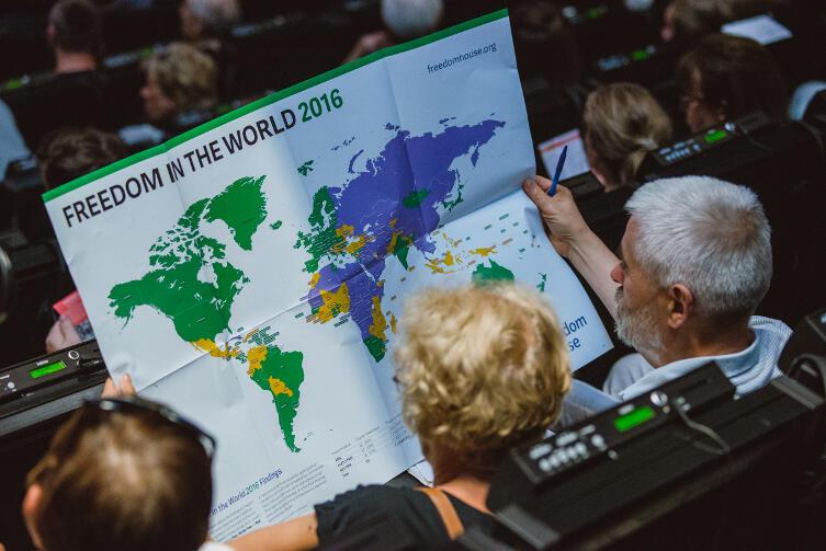 Publiczność w ECS studiuje mapę Wolności na świecie 2016, przygotowaną przez organizację Freedom House. Polska wciąż zielona. Czy zamieni się na pomarańczową (częściowo wolna), bądź fioletową (brak wolności)?
